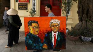 Un hombre camina con una pintura del líder norcoreano Kim Jong-un y el presidente de EE. UU., Donald Trump, antes del segundo encuentro de los dos mandatarios. Hanói, Vietnam, el 27 de febrero de 2019.