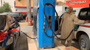 أعلنت السعودية زيادة ضريبة القيمة المضافة بثلاثة أضعاف ابتداء من تموز/يوليو وأوقفت علاوة شهرية لموظفي الدولة اعتباراً من الشهر المقبل مع انهيار أسعار النفط