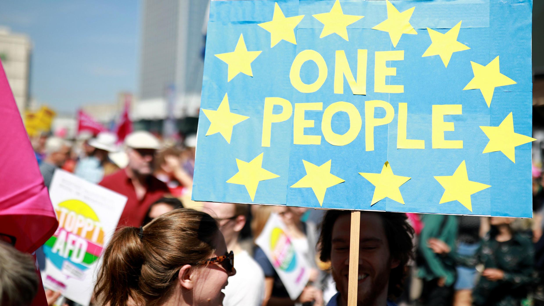 """La gente asiste a la manifestación pro-europea """"No a odiar, Sí a cambiar"""", antes de las elecciones de la UE, en Berlín, Alemania , 19 de mayo de 2019."""