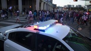 Un rassemblement de protestation contre les violences policières avait lieu à Dallas après la mort de deux hommes noirs abattus cette semaine par la police.