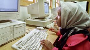Une petite fille devant un ordinateur, en Somalie.