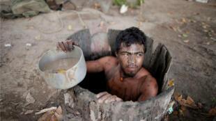 Paulo Paulino Guajajara estaba cazando el viernes 1 de noviembre, cuando fue atacado y asesinado por madereros ilegales. En la foto saca agua de un pozo, en un campamento de madereros en tierras indígenas de Araribóia, cerca de la ciudad de Amarante, estado de Maranhao, Brasil, el 11 de septiembre de 2019.