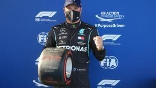 Le Finlandais Valtteri Bottas (Mercedes) après avoir décroché la pole position du GP de l'Eifel au Nürburgring, le 10 octobre 2020