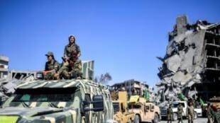 """مقاتلات كرديات من قوات سوريا الديمقراطية خلال احتفالات عند دوار النعيم في مدينة الرقة بعد طرد تنظيم """"الدولة الإسلامية"""" منها في 19 تشرين الأول/أكتوبر 2017"""