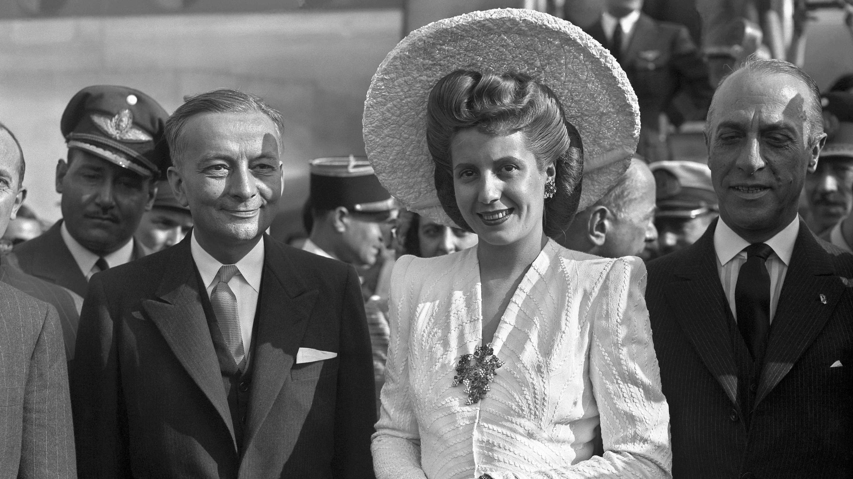 El ministro de Exteriores francés, Georges Bidault, recibe a Eva Perón el 21 de julio de 1947 en París durante su visita a Francia.