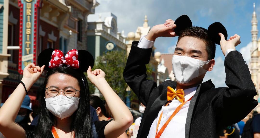 Los visitantes a Disneyland Hong Kong usan mascarillas mientras caminan por el parque después de que reabrió sus puertas tras el brote de coronavirus. Hong Kong, el 18 de junio de 2020.