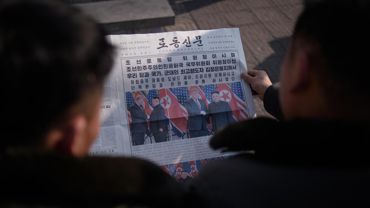 Lectores revisan el periódico 'Rodong Sinmun', que muestra la cobertura del líder de Corea del Norte, Kim Jong-un, en su visita a Vietnam en la cumbre en Hanói con el presidente de Estados Unidos, Donald Trump, en la plaza Kim Il Sung de Pyongyang el 28 de febrero de 2019.