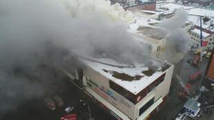 Foto fija tomada del video proporcionado por el Ministerio de Situaciones de Emergencias de Rusia muestra el sitio del incendio en un centro comercial en Kémerovo, Rusia, el 25 de marzo de 2018.