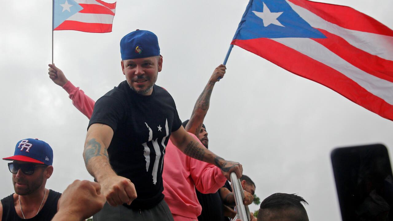 El rapero Residente golpea a un fanático durante una manifestación para celebrar la renuncia del gobernador puertorriqueño, Ricardo Rossello. San Juan, Puerto Rico, el 25 de julio de 2019.