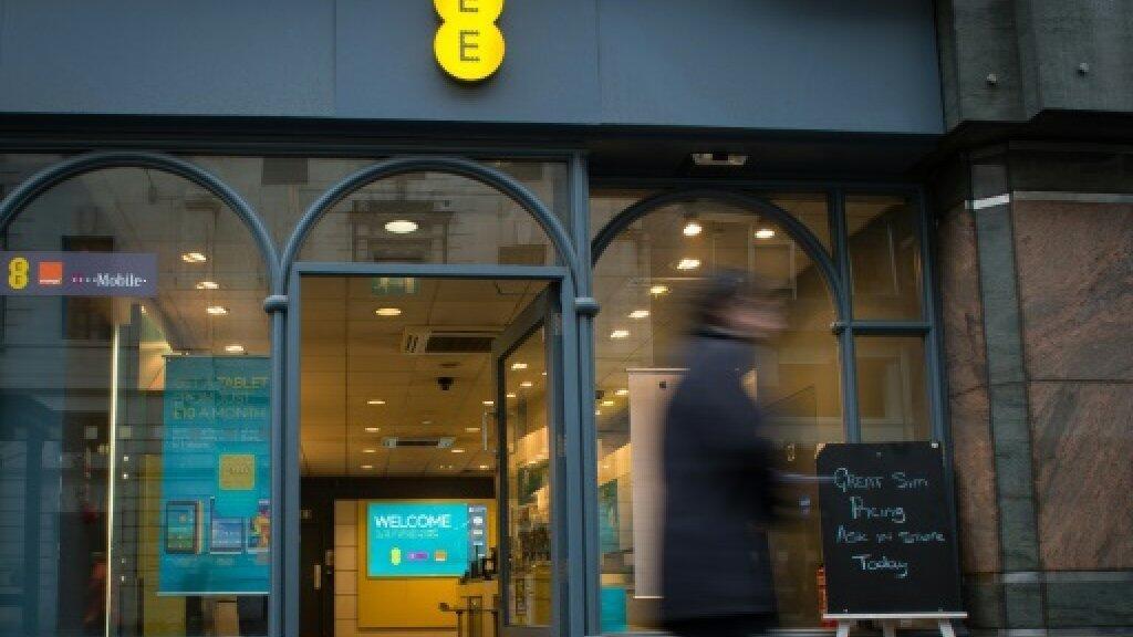 """مشهد عام لأحد فروع شركة """"إي إي"""" البريطانية للاتصالات في وسط لندن بتاريخ 5 فبراير/شباط 2015"""