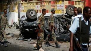 عناصر من الجيش يمشطون موقع الهجوم بالعاصمة مقديشيو في الصومال- 23 مارس/آذار 2019