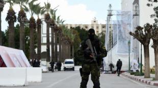 Un membre des forces spéciales de sécurité tunisiennes devant le musée du Bardo, le 18 mars 2016, lors des cérémonies organisées un an après l'attentat du musée.