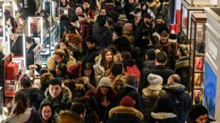 Una gran cantidad de personas compran durante un evento de ventas del Black Friday en la tienda principal de Macy's en la calle 34 en la ciudad de Nueva York, EE. UU., el 22 de noviembre de 2018.