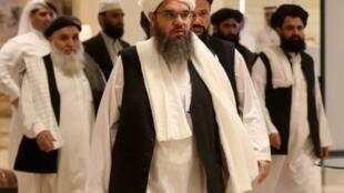 موفد طالبان السابق إلى السعودية شهاب الدين ديلاوار (وسط) لدى وصوله مع أعضاء آخرين من طالبان إلى الدوحة للمشاركة في الحوار الأفغاني، في 7 تموز/يوليو 2019