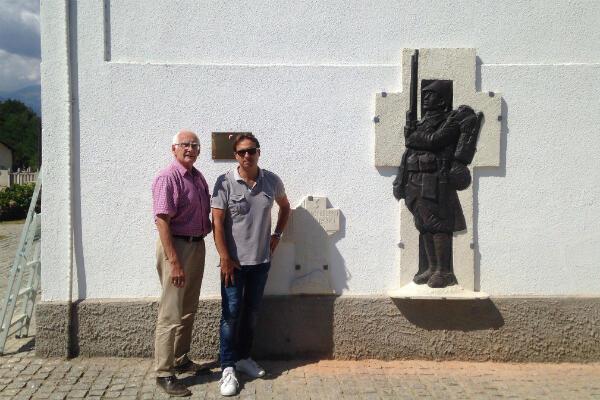 Franck Roger et Laurent Castaing de l'association pour le souvenir du Front d'Orient lors de l'inauguration de la stèle dans le cimetière de Bitola.