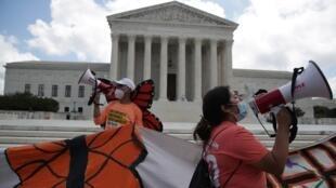 """أشخاص يحتفلون أمام المحكمة الأمريكية العليا بعد إصدارها حكما يوقف مسعى ترامب لترحيل المهاجرين """"الحالمين""""، 18 يونيو/حزيران 2020."""
