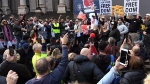 Una manifestación contra del confinamiento el 10 de mayo de 2020 en las escaleras del parlamento estatal de Victoria, en Melbourne