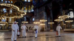 تعقيم متحف آيا صوفيا في اسطنبول في 13 آذار/مارس 2020