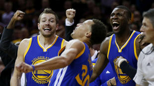 Stephen Curry, David Lee et Festus Ezeli célèbrent le titre de Golden State, le 16 juin 2015