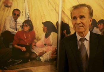 Kendal Nezan devant une photo de Danielle Mitterrand dans les camps de réfugiés kurdes en mars 1989.