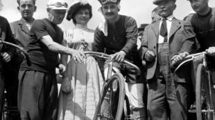 Eugène Christophe (g), 1er porteur du maillot jaune du TdF en 1919, pose avec des cyclistes vêtus de vêtements du début du siècle, le 27 juin 1953 à Montgeron, pour le 50e anniversaire de la Grande Boucle