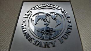 شعار صندوق النقد الدولي أمام مقرّه في واشنطن في 30 حزيران/يونيو 2015.