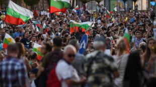 متظاهرون ضد الحكومة في العاصمة البلغارية صوفيا في 11 تموز/يوليو 2020