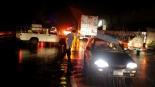 Conductores esperan mientras el tráfico se detiene después de el terremoto en una carretera en San Salvador,  30 de mayo de 2019.