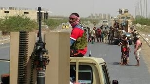 Yemeni pro-government forces gather on a main road on the eastern outskirts of Hodeida, as they continue to battle for the control of the city from Huthi rebels on November 8, 2018