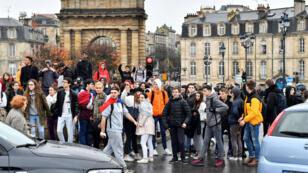 Des lycéens bloquent une route à Bordeaux, le 3 décembre 2018.