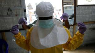 Un médecin s'équipe pour travailler dans un centre de soin d'Ebola en RD Congo.