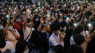 Manifestantes prodemocráticos marchan sosteniendo sus teléfonos, durante una protesta para conmemorar el primer aniversario de una manifestación masiva contra el proyecto de Ley de Extradición ya retirado, en Hong Kong, China, el 9 de junio de 2020.