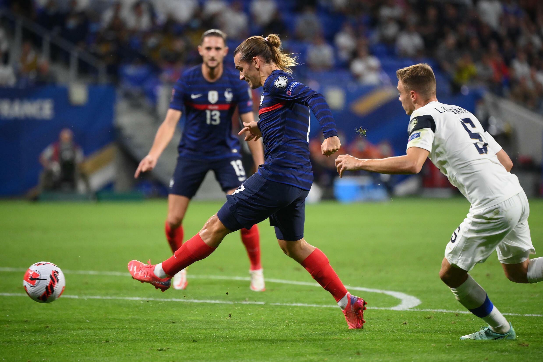 L'attaquant français Antoine Griezmann ouvre le score face à la Finlande, lors des qualifications pour le Mondial-2022 au Qatar, le 7 septembre 2021 au Groupama Stadium à Lyon
