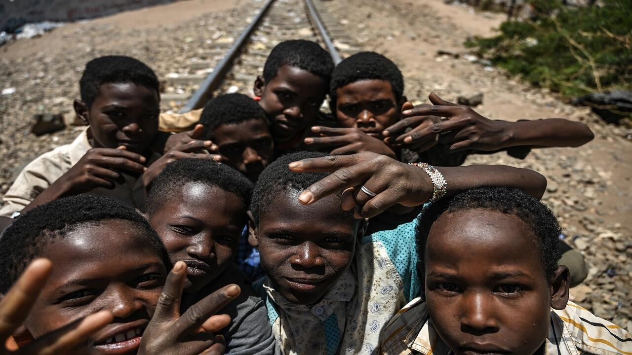 أطفال سودانيون يلتقطون صورة في الخرطوم في 21 أبريل/نيسان 2019.