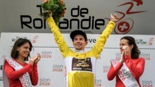 Le Slovène Primoz Roglic bras levés sur le podium après avoir remporté le Tour de Romandie, le 29 avril 2018 à Genève