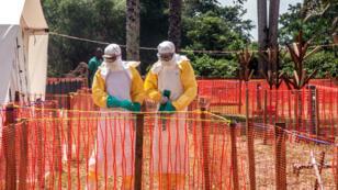 Trabajadores sanitarios en una sona de seguridad en el Centro de Salud en Iyonda, cerca de Mbandaka, RDC. Archivo Junio 1 de 2018