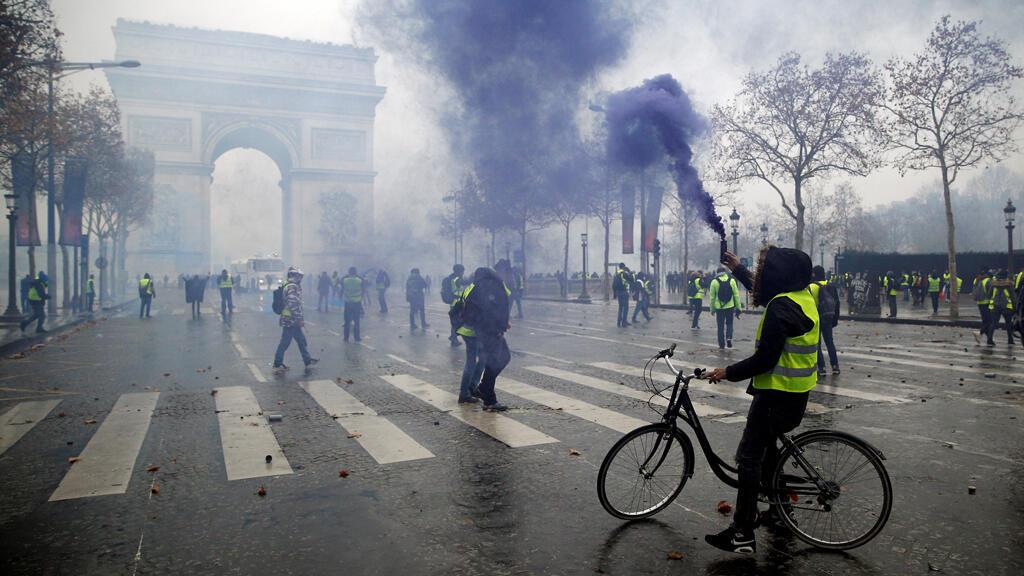 Manifestantes se enfrentan a la policía francesa en la Place de l'Etoile, cerca del Arco del Triunfo en París, Francia, el 1 de diciembre de 2018.