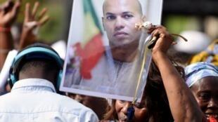صورة كريم واد وزير سابق وابن رئيس السنغال السابق خلال مظاهرة معارضة فبراير 2015