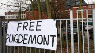 Une pancarte réclamant la libération de Carles Puigdemont, lundi 26 mars 2018, devant la prison de Neumuenster, en Allemagne.