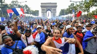 Vingt ans après 1998, les Champs-Élysées sont de nouveau envahis pour fêter une victoire en Coupe du monde.