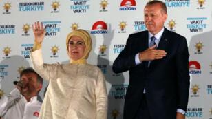 الرئيس التركي رجب طيب أردوغان وزوجته أمين يرحبون بالمؤيدين في مقر حزب العدالة والتنمية في أنقرة، تركيا في 25 حزيران/يونيو 2018.
