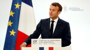 الرئيس الفرنسي إيمانويل ماكرون متحدثا لسفراء بلاده في قصر الإليزيه بباريس، 27 أغسطس/آب 2019.