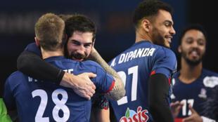Nikola Karabatic (centre) et ses coéquipiers ont battu la Slovénie 31 à 25 jeudi 26 janvier 2017 à Paris.