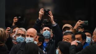 خبراء منظمة الصحة العالمية في سوق هونان في إطار البحث عن منشأ فيروس كورونا في 31 يناير/كانون الثاني 2020.