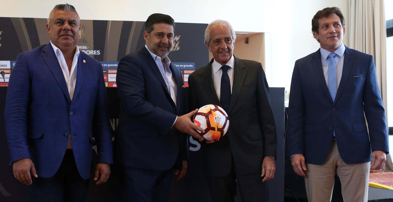 El presidente de la AFA, Claudio Tapia (i), posa junto al presidente de Boca Juniors, Daniel Angelici (2i), el presidente de River Plate, Rodolfo Donofrio (2d), y el presidente de la Conmebol, Alejandro Domínguez (d), en una rueda de prensa el 9 de noviembre de 2018.