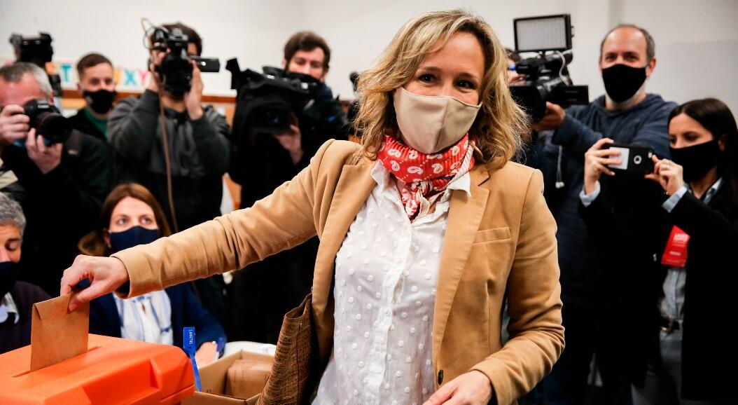La candidata a la Intendencia de Montevideo por el Partido Nacional, Laura Raffo, vota durante el desarrollo de las elecciones regionales en Montevideo, Uruguay, el 27 de septiembre de 2020.
