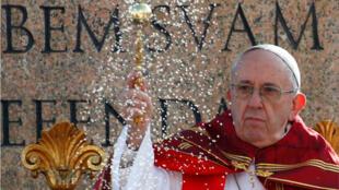 El papa Francisco durante la bendición a los fieles el Domingo de Ramos el 25 de marzo de 2018.