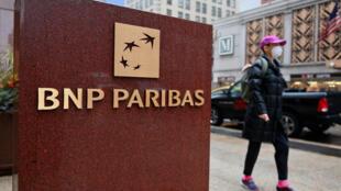 Devant les bureaux de BNP Paribas à New York, le 13 octobre 2020