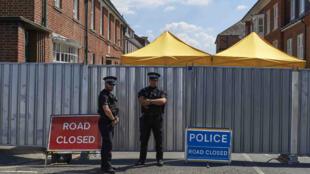 Des policiers en patrouille à Salisbury, près du lieu de résidence de la femme empoisonnée, le 8 juillet 2018.