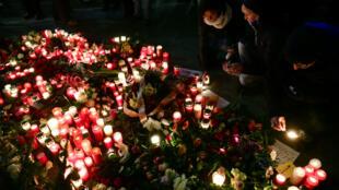 Des personnes se recueillent, mardi 20 décembre 2016, devant un mémorial improvisé à côté de l'Église du Souvenir à Berlin.